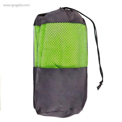 Toalla con bolsa en microfibra verde detalle - RG regalos publicitarios