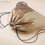 Mochila plana laminada brillante detalle 2 - RG regalos publicitarios