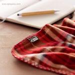 Manta polar en RPET roja detalle - RG regalos de empresa